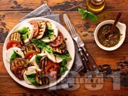 Салата със зеленчуци – тиквички, патладжан и домати и моцарела с меден дресинг с майонеза и горчица - снимка на рецептата